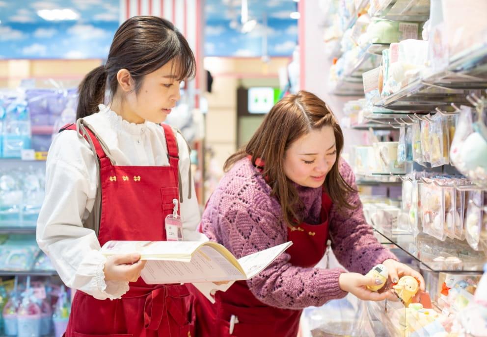 商品を選んでいる店員の写真