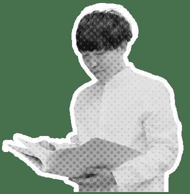 書類を開いている人の画像